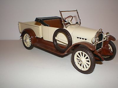 1920 Oldsmobile Pickup with display case adult built 1/25 by AMT/ERTL