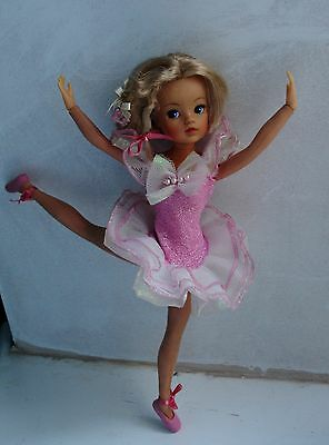 Vintage Pedigree ballerina Sindy.double cup waist, ash blonde hair, outfit