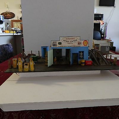 1:43 SCALE PETROL STATION and ACCESSORIES (O SCALE)