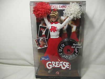 GREASE BARBIE SANDY Cheerleader Collector - Musical Doll Stand PINK Mattel 2007