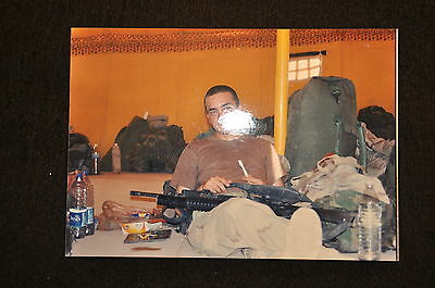 EARLY OPERATION IRAQI FREEDOM 1st ARMORED DIVISION PHOTO - SOLDIER CLEANS WEAPON