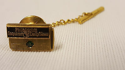 VINTAGE PHILADELPHIA INQUIRER TIE TACK - 10k GOLD - GREEN STONE