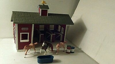 lot of 3 Horses Breyer and Stable barn with 3 stalls & doors that open.+ 4 items