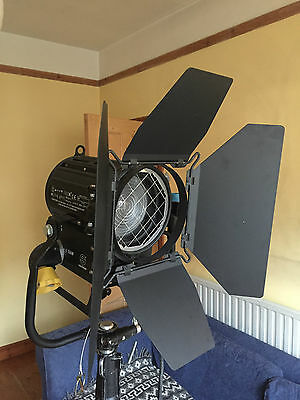 Sachtler 1kw / 1000w fresnel. Similar to Strand lighting / Quartzcolor / Arri