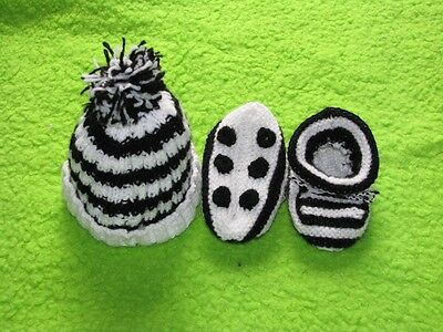 HAND KNITTED COLLINGWOOD MAGPIES FOOTBALL BABY BEANIE & BOOTIES SET 0-3 months