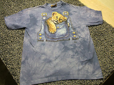 The Mountain BABY MT LION OVERALL POCKET Graphic T-Shirt YXL Youth/Kids XL