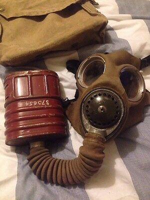 Authentic WW2 Gas Mask Good Condition 1937-1941 Complete With Satchel Bag   .