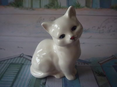 Royal Doulton small creamy white bone china Kitten. Holiday 18feb to 5 march