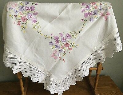 Vintage Linen Hand Embroidered Table Cloth / Crocheted Border / Vintage Wedding