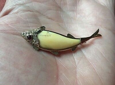 RARE ANTIQUE FAUX TIGER TOOTH 15ct ROSE GOLD FISH BROOCH. 1880.
