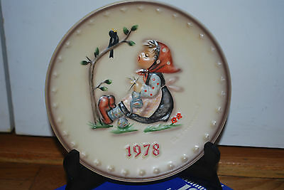 Hummel  COLLECTOR Annual 1978 Plate in bas relief Goebel with Plate Stand EUC