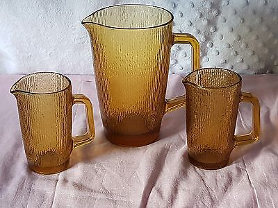 VINTAGE RETRO GORGEOUS AMBER GLASS JUG WITH RIBBED DESIGN & x2 MATCHING JUGLETS.