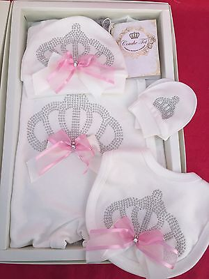 Girls Couche Tot Gift Set Baby Grow Bib Hat Mittens Crown Bling Pink Bow Romany
