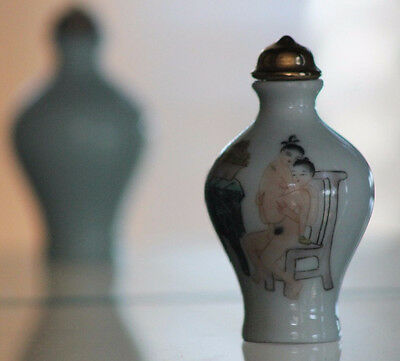Famille Rose * Hand Painted Erotic Figures  * OLD Chinese Porcelain SNUFF BOTTLE