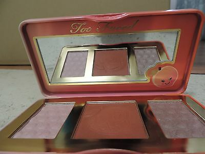 Too Faced Sweet Peach Gloss. Paleta de iluminador, Bronzer and blush. En caja.