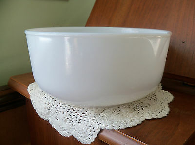 Vintage Champion Milk Glass Mixing Bowl With Spout. 9'' x 4-1/4'' tall~EUC