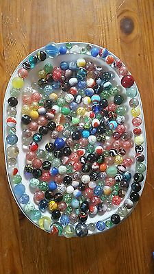 LARGE JOB LOT QUANTITY ASSORTED MACHINE MADE & EARLIER GLASS MARBLES 1.1kg