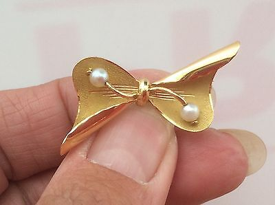 BEAUTIFUL 18ct PEARL BOW BROOCH. 4.5g. 4.2cm LONG.