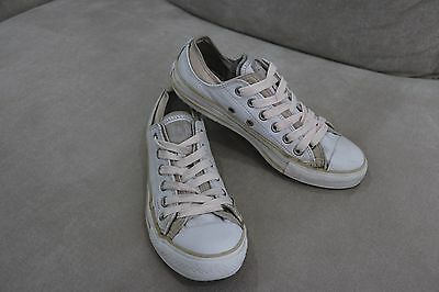 White Converse All Stars Low Men's Size 6 Or Women's Size 8