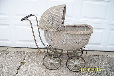 ANTIQUE WICKER BABY CARRIAGE 1910  (Bassinet)