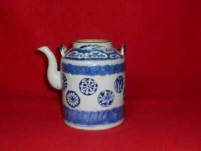 Rare Chinese Qing dynasty teapot Blue Flower Ball Design, 18th century.