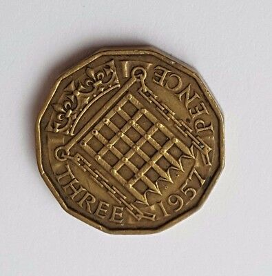 1957 - Queen Elizabeth II / QE2 - Brass Threepence / 3d Coin - Great Britain