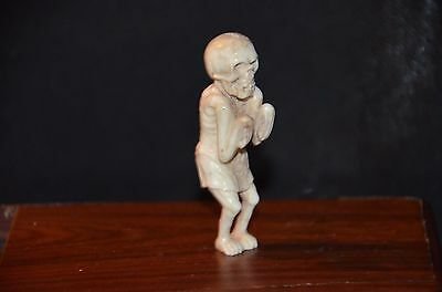 Netsuke, stehendes Skelett in Schurz, sign., 68mm