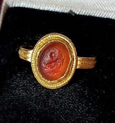 GOLD ROMAN RING, intaglio of a rooster/ cockrell, circa 2nd/3rd century AD