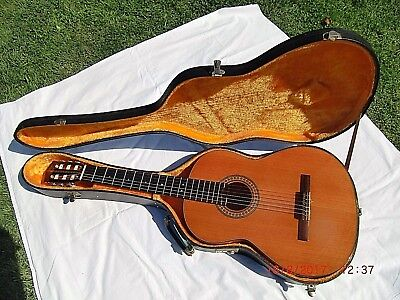 VINTAGE LATE 60's / Early 70's CLASSICAL/SPANISH Plus Case. CLEAN CONDITION.