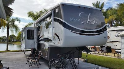 Luxurious fifth wheel mobile Suite