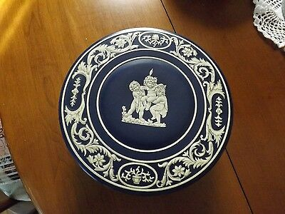 """Wedgwood Style Biscuit Tin. Faux Jasperware. Nice Condition. 9"""" Diameter"""