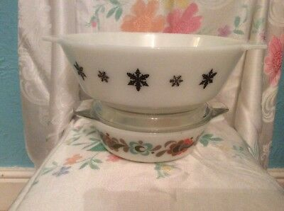 VINTAGE PYREX CASSEROLE DISHES ONE WITH LID Decorated With Black Snowflakes