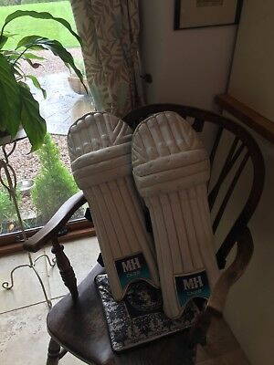 cricket batting pads. millichamp and hall. ck22. boys large size