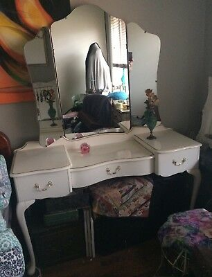 Excellent Condition Queen Anne Trifold Mirror Dressing Table