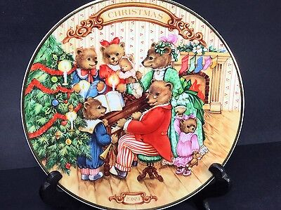 """1989 Avon """"Together For Christmas"""" Bear PLATE 8"""" Porcelain Gold Edged VGUC"""