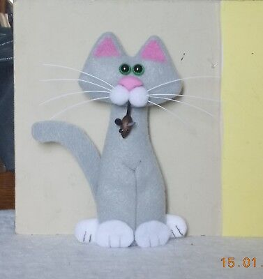 CAT-felt tall gray and white kitty with mouse magnet-kutiekatz
