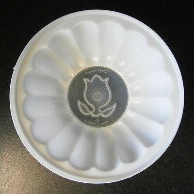 COLLECTABLE VINTAGE TUPPERWARE WHITE PLASTIC 2 PINT JELLY MOULD with TULIP CAP