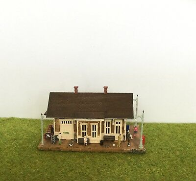 N SCALE STATION with people & accessories