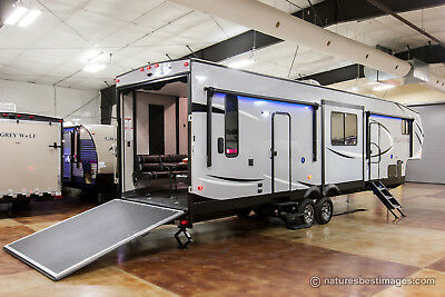 New 2018 Model 325PACK13 5th Fifth Wheel Slide Out Toy Hauler Not Used
