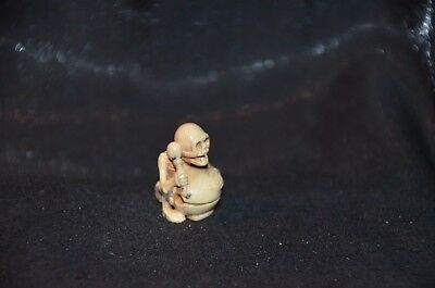 Netsuke, trommelndes Skelett, sign., 25mm