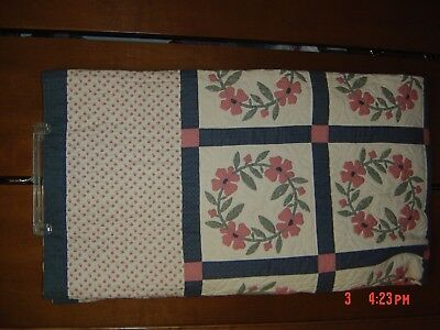Beautiful appliqued wreath pattern quilt 90X102 queen $65 very nice free ship