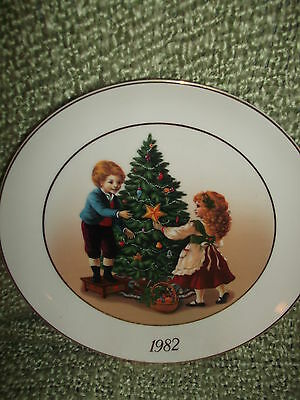 AVON 1ST Edition Christmas Memories Plate Sharing the Christmas Spirit 1981