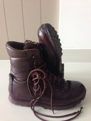 Size 9 brown altberg defender military boots! Very Good Condition! Fantastic!