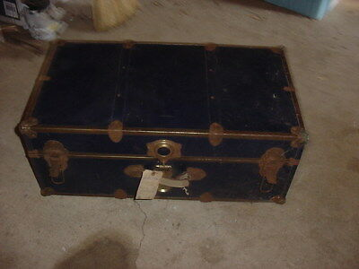 VINTAGE WOOD AND METAL STEAMER TRUNK DARK BLUE WITH TRAY COFFEE TABLE 30x17x12