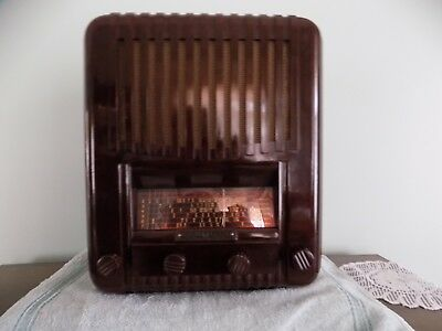 1939 Healing Bakelite Radio 409E in Excellent Condition for Age.