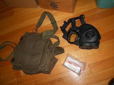 U.S. ARMY M17 SERIES GAS MASK W/ Carry Bag