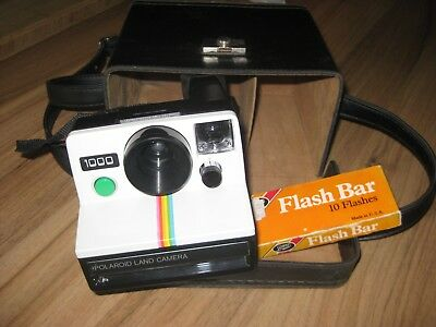POLAROID LAND CAMERA 1000  IN  CASE AND 60 flash bars