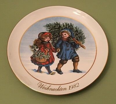 """Avon """"Sharing the Christmas Spirit"""" Porcelain Collector Plate 1982"""