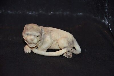 Netsuke, fauchender Tiger, fossiles Material, sign. 57mm
