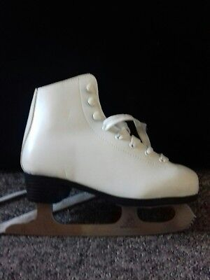 No fear White ice Skates Size 3, used but is excellent condition. With box.